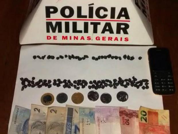 Polícia Militar recolheu dinheiro e drogas (Foto: Polícia Militar/Divulgação)