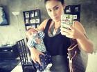 Jaque Khury faz selfie com filho no colo: 'Partiu médico'