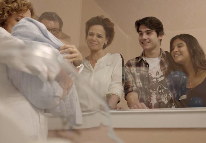 Miguel, Ana, Rodrigo e Lívian babam pelo bebê (Foto: TV Globo)