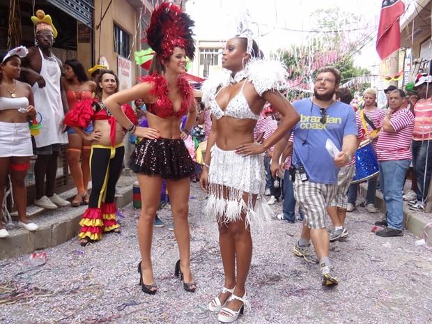 Bruna Marquezine e Roberta Rodrigues exibem fantasia exuberante durante a gravação (Foto: Salve Jorge/TV Globo)