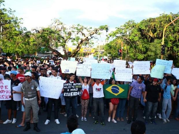 cerca de 2 mil pess0oas participam do protesto contra o aumento da tarifa de ônubus em Maceió (Foto: Jonathan Lins/G1)