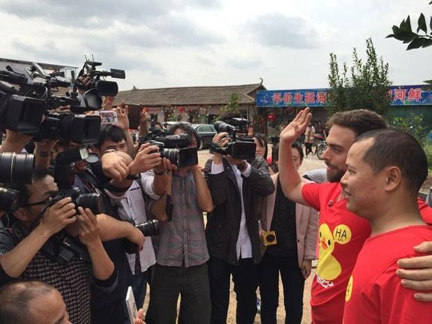 Matt se tornou uma celebridade na China e o passeio dele com Li foi acompanhado por repórteres (Foto: Qingqing Chen / BuzzFeed/ Arquivo pessoal)