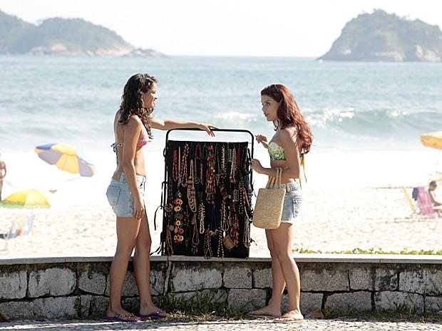 Rosângela convida garota para trabalhar na Turquia (Foto: Salve Jorge/TV Globo)