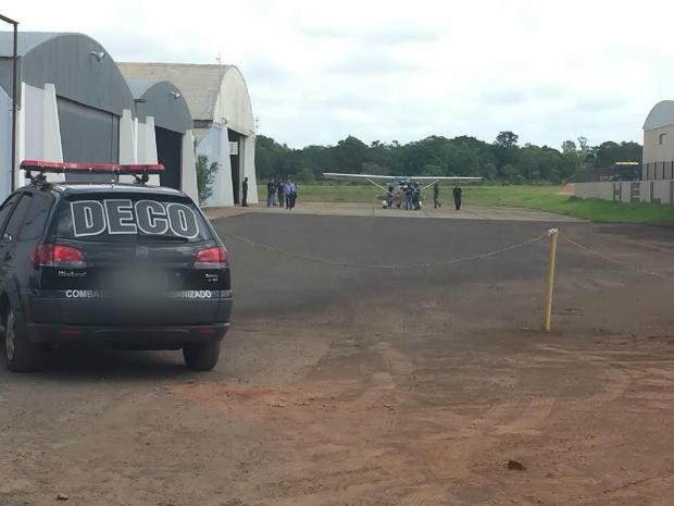 Polícia retira peças de avião em aeroporto particular de Campo Grande (Foto: Gabriela Pavão/ G1 MS)