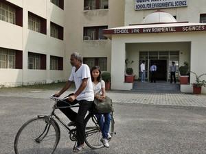 O pai leva Sushma para a universidade de bicicleta (Foto: Rajesh Kumar Singh/AP)