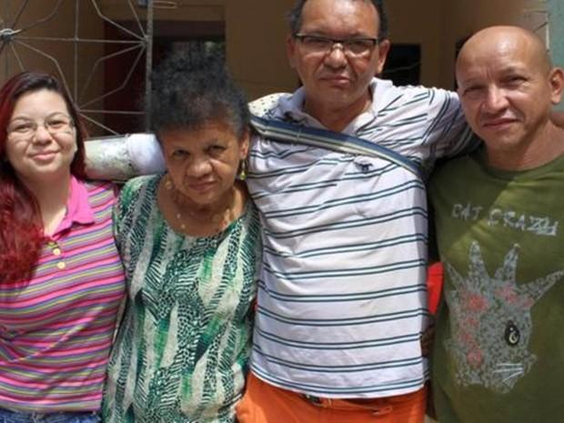 Ari ao lado da filha, da mãe e do irmão: família às vezes precisa frear 'ímpeto criativo' do inventor autodidata  (Foto: Rafael Luis Azevedo/BBC)
