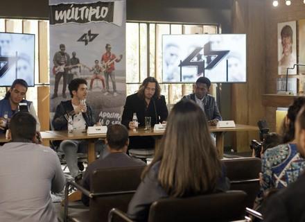 Banda 4.4 dá entrevista sem Zac
