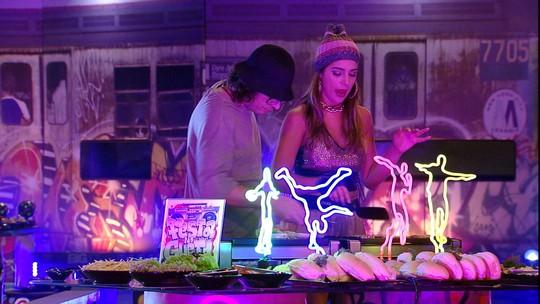 Ilmar e Vivian preparam hambúrgueres na Festa no Gueto