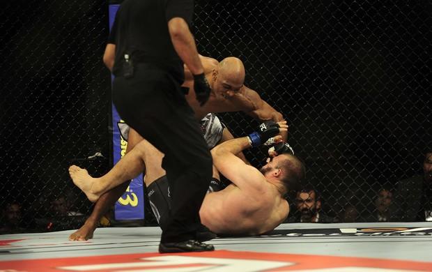 Marcos Pezão golpeia Igor Pokrajac no UFC Barueri (Foto: Marcos Ribolli)