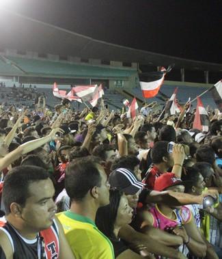 Torcedores tricolores fazem a festa no Estádio Albertão  (Foto: Emanuele Madeira/GLOBOESPORTE.COM)