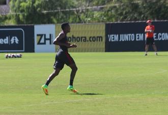 Edenílson volante Inter (Foto: Tomás Hammes/GloboEsporte.com)