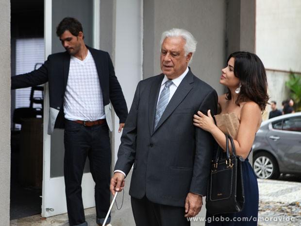 Ninho ajuda Aline a montar a farsa, abrindo a porta da falsa agência (Foto: Amor à Vida/TV Globo)