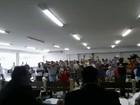 Moradores protestam por redução do salário de vereadores durante sessão