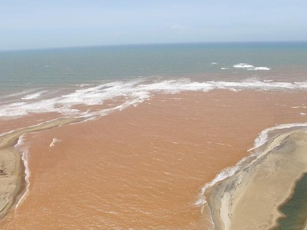 Lama ainda muda paisagem de Regência, no Espírito Santo (Foto: Carlos Palito/ TV Gazeta)