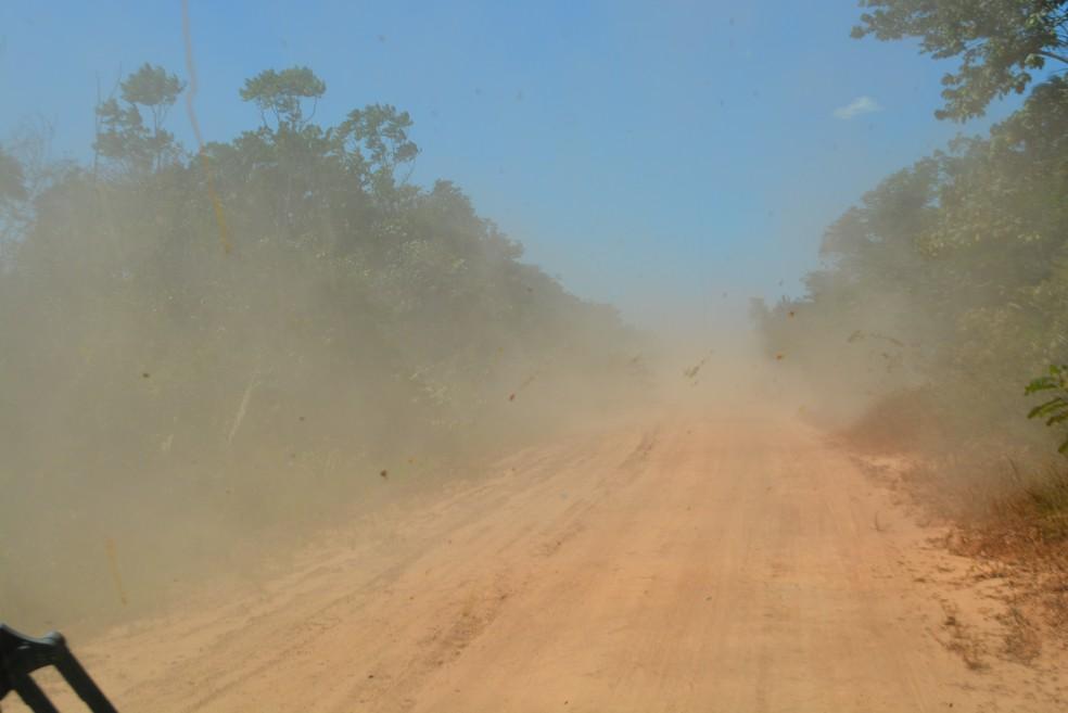 Viagem foi acompanhada de poeira (Foto: Mary Porfiro/G1)