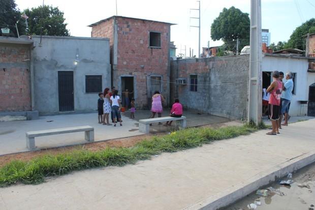 Crime ocorreu em rip-rap, em frente a uma casa no Aterro do Quarenta (Foto: Carlos)