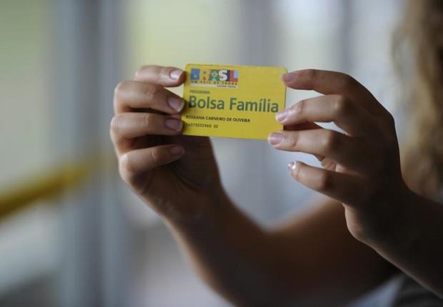 Beneficiária do Bolsa Família segura seu cartão (Foto: Jefferson Rudy/Agência Senado)