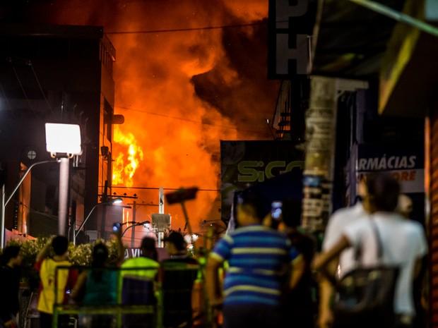 Era possível ver chamas de longe (Foto: Jonathan Lins/G1)