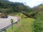 Trânsito segue lento para remoção de carretas na Serra das Araras, em Piraí
