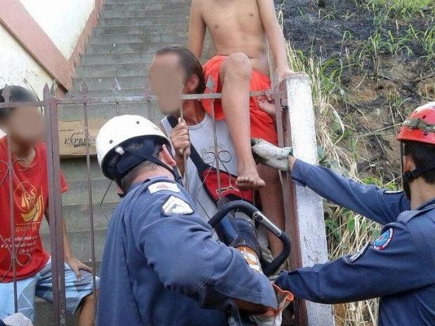 Adolescente ficou com a perna presa em portão (Foto: Júlio Cabral/O Vigiante Online)