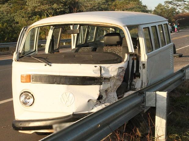 Ocupantes da Kombi ficaram feridos e foram levados para pronto-socorro (Foto: Jornal Jogo Sério)