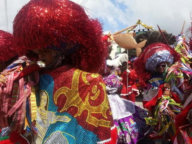 Maracatu de Baque Solto Piaba de Ouro já desfila pela Rua do Guadalupe, no Sítio Histórico de Olinda. (Foto: Katherine Coutinho/G1)