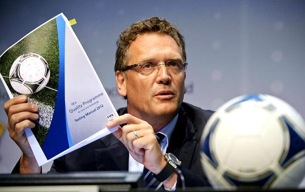 Jerome Valcke no anúncio do chip na bola oficial de jogos (Foto: AFP)