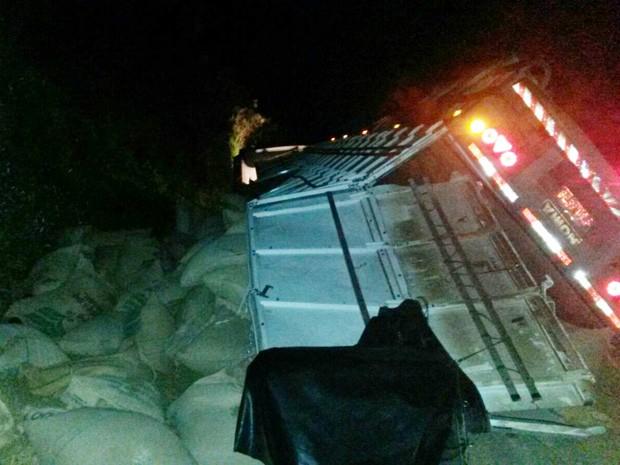 Caminhão carregado com sacas de café tomba entre Machado e Alfenas (Foto: Polícia Rodoviária Alfenas)