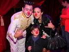 Juliana Knust leva filho ao circo e posa com nariz de palhaço