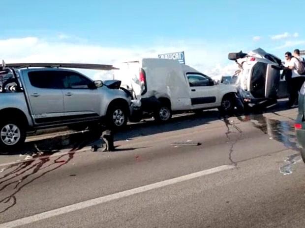 Quatro carros se envolveram no acidente na Via Dutra, em Jacareí (Foto: Paulo Melo/ Vanguarda Repórter)