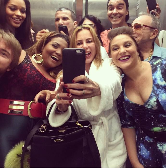 Marliene puxa o elenco de Tomara que Caia pra selfie (Foto: Arquivo pessoal)