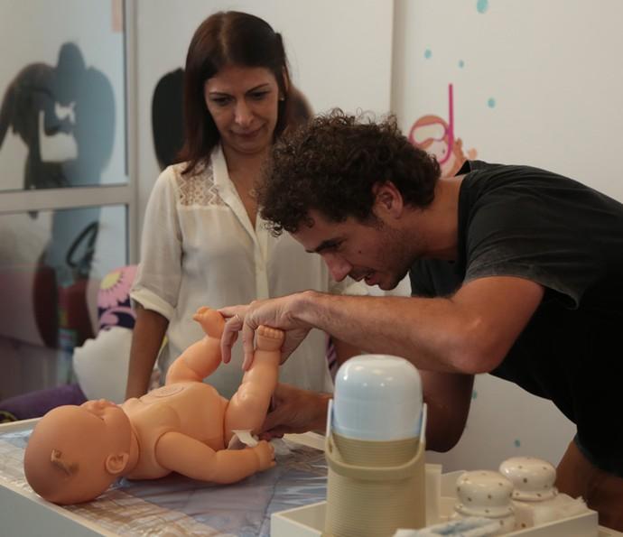 Felipe Andreoli troca fralda em curso para pais de primeira viagem (Foto: Isabella Pinheiro/Gshow)