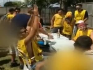 De braços pra cima, estudante comemora após tomar outra dose de vodca (Foto: Reprodução/TV Globo)