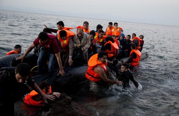 Refugiados sírios chegam a ilha de Lesbos, na Grécia, no domingo (20) (Foto: Petros Giannakouris /AP)