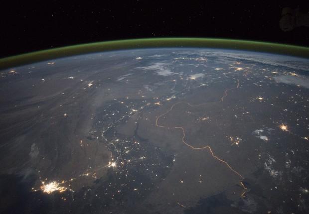 Foto feita em setembro pelos astronautas da ISS registra a fronteira entre Paquistão e Índia, um dos poucos lugares na Terra onde uma fronteira internacional pode ser vista à noite (Foto: NASA)