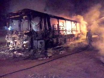 Ônibus foi incendiado por volta de meia-noite desta segunda (Foto: Aspirante Sandro Lúcio Fernandes/ PM-MT)