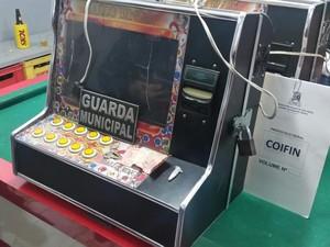 Máquinas caça-níqueis são apreendidas em Vila Velha (Foto: Reprodução/ TV Gazeta)