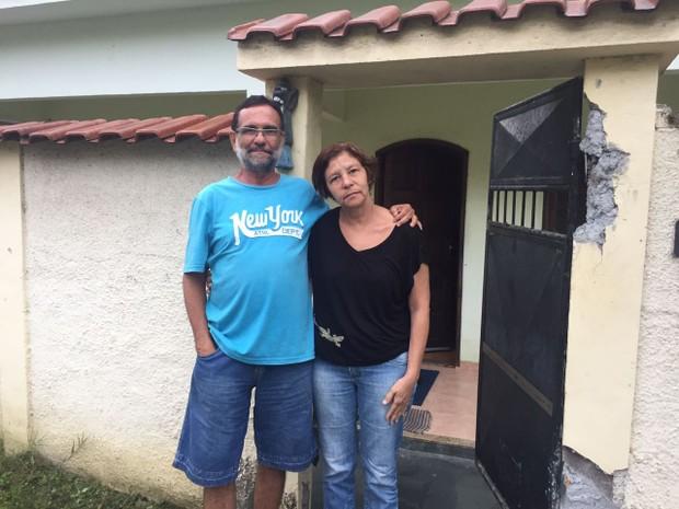 Sem dinheiro para montar ceia, casal Juarenes Peres e Carmen Eliza vai procurar casas de amigos para poder passar o Natal (Foto: Patrícia Teixeira)