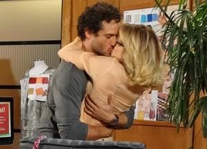 Fábio investe e consegue arrancar beijão de Juliana (Foto: Guerra dos Sexos/ TV Globo)