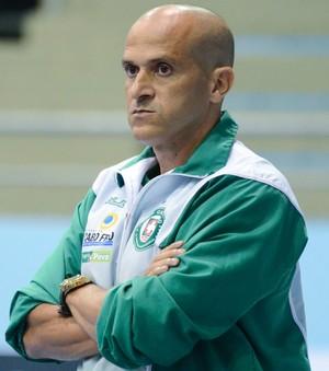 Cupim, técnico do Cabo Frio (Foto: Léo Borges)