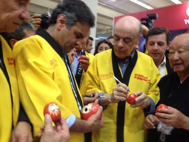 O pré-candidato à Presidência pelo PSDB, Aécio Neves, ao lado de Aloysio Nunes e José Serra no Festival do Japão, em São Paulo (Foto: Isabela Leite/G1)