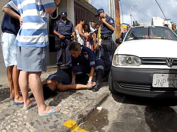 homem baleado politema (Foto: Imagens / TV Bahia)