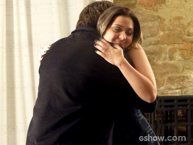Bárbara abraça Lucas e diz que serão amigos (Foto: Em Família / TV Globo)