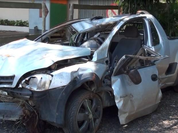 Carro ficou destruído após capotagem em rodovia de Araraquara (Foto: Marília Rastelli/EPTV)