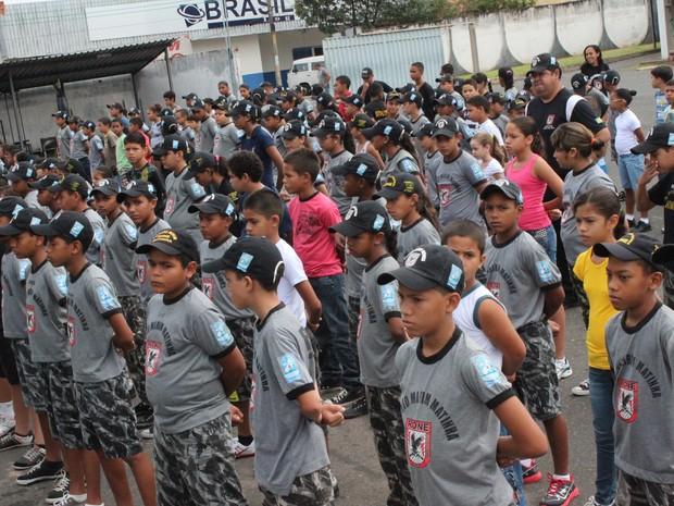Existem 5 pelotões formados por 100 crianças e adolescentes (Foto: Ellyo Teixeira/G1)