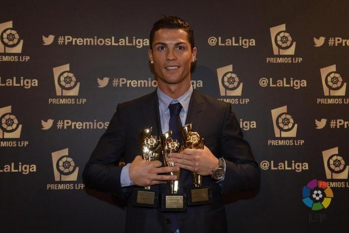 Cristiano Ronaldo com os prêmios do Campeonato Espanhol (Foto: Twitter)