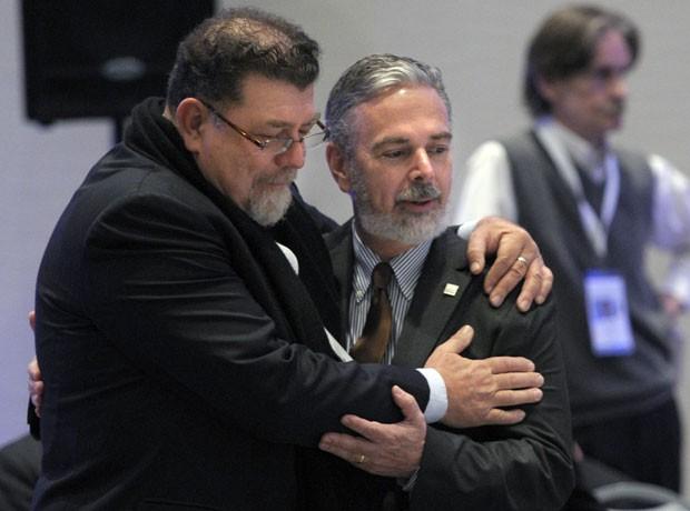 Ministro brasileiro Antonio Patriota (dir.) durante reunião dos blocos, em Mendonza, nesta quinta (28) (Foto: AFP)