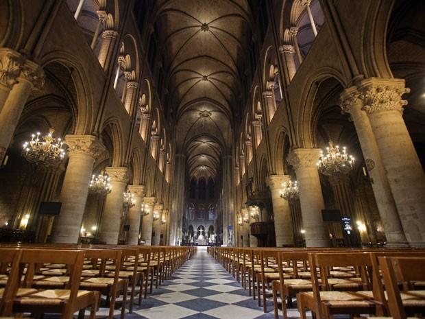 Catedral de Notre-Dame, em Paris, com a nova iluminação inaugurada nesta terça (11) (Foto: Remy de la Mauviniere/AP)