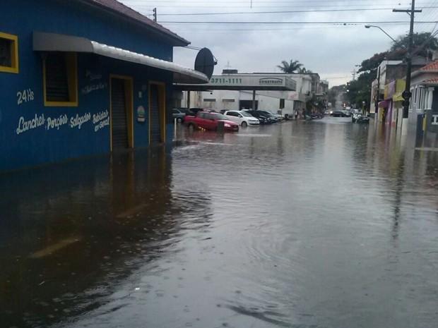 Chuva alagou cruzamento entre as ruas Goiás e Alagoas  (Foto: Arquivo Pessoal/ Caio Camargo)