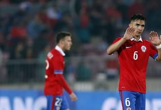 Chile Felipe Gutierrez comemora um de seus gols contra o Paraguai (Foto: AP Foto/Luis Hidalgo)